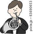 ホルンを吹く楽団員(男) 63690653