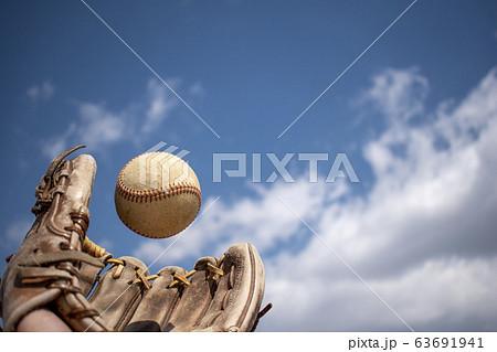 ボールをキャッチする瞬間 63691941