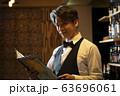男性 ビジネス 40代 50代 バーテンダー バー 63696061