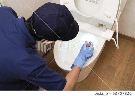 トイレの清掃をするハウスクリーニングの男性作業員 63707820