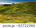 初秋の巻機山稜線の池塘と草紅葉 63722360