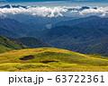巻機山・牛ヶ岳の稜線の草紅葉と奥利根湖の眺め 63722361