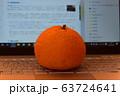 パソコンと大きな柑橘類 63724641