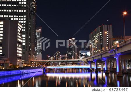 大阪市の大江橋から見た阪神高速や堂島川に架かる橋梁の夜景 63728447