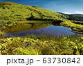 草紅葉の池塘と巻機山稜線の眺め 63730842