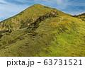 ニセ巻機の稜線から見る割引岳と巻機山へ向かう登山者 63731521