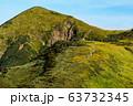 ニセ巻機の稜線から見る割引岳と巻機山へ向かう登山者 63732345