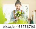 花屋の男性店員 63758708