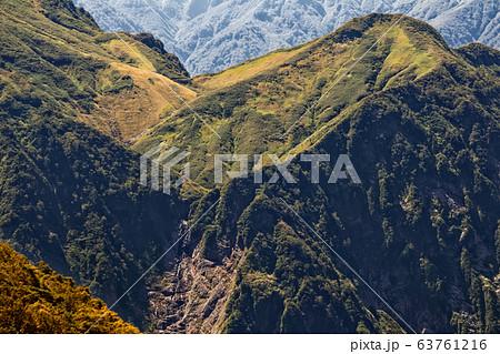 越後駒ヶ岳から望む越後三山縦走路の草紅葉と滝 63761216