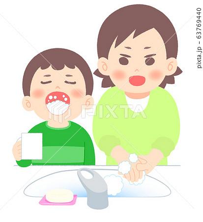 手洗いうがいする親子 63769440