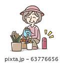 水やりをしているおばあさん  水筒 63776656