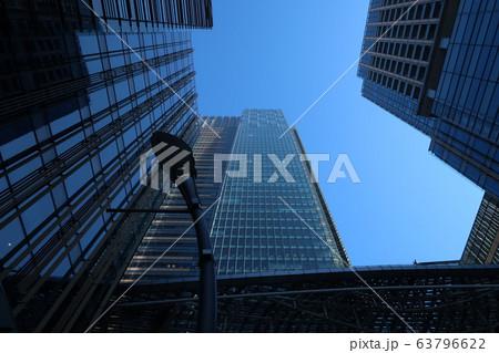 ビルの隙間から見える青空 63796622