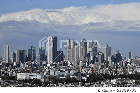 日本の東京都市景観 新型肺炎・暗雲・新宿副都心(大気が不安定となり青空から急転、暗雲)=16日 63799705