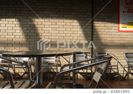 屋外のテーブルとイス 63801995