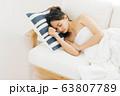 ソファで寝る女性 63807789