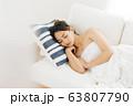 ソファで寝る女性 63807790