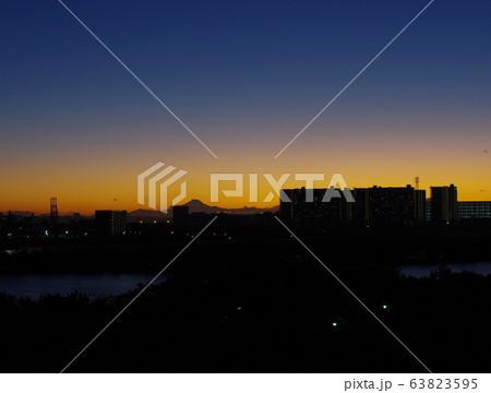 富士山のシルエットと都市風景 63823595