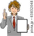 画面が空欄のタブレットPCを持ちサムズアップするビジネスマン 63832048