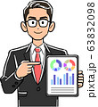 タブレットPCを指差し説明する眼鏡をかけたビジネスマン 63832098