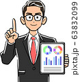 タブレットPCを持ち人差し指を立てて説明する眼鏡をかけたビジネスマン 63832099