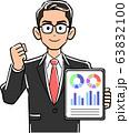 タブレットPCを持ちガッツポーズする眼鏡をかけたビジネスマン 63832100