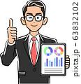 タブレットPCを持ちサムズアップする眼鏡をかけたビジネスマン 63832102
