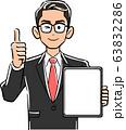 画面が空欄のタブレットPCを持ちサムズアップする眼鏡をかけたビジネスマン 63832286