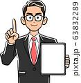 画面が空欄のタブレットPCを持ち人差し指を立てて説明する眼鏡をかけたビジネスマン 63832289