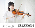 女性 バイオリン 演奏 弾く 63855934