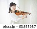 女性 バイオリン 演奏 弾く 63855937