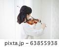 女性 バイオリン 演奏 弾く 63855938