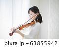 女性 バイオリン 演奏 弾く 63855942