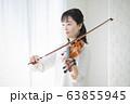 女性 バイオリン 演奏 弾く 63855945