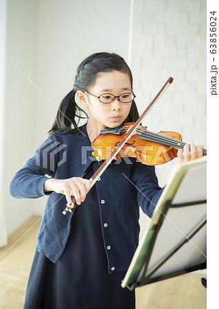 子供 バイオリン 演奏 弾く 教室 習い事 63856024