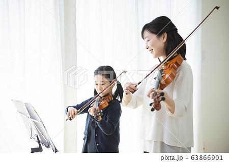 女性 子供 バイオリン 演奏 弾く 教室 習い事 先生 生徒 63866901