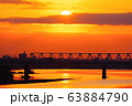 朝焼けと多摩川橋梁を通過する京王線 63884790