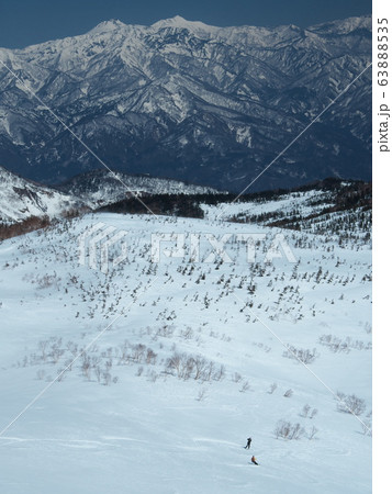 天狗原を滑走する山スキーヤーと撮影するカメラマン 63888535