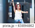 若い女性、スポーツジム 63894862