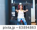若い女性、スポーツジム 63894863