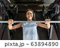 若い女性、筋トレ、スポーツジム 63894890