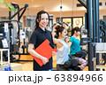若い女性、トレーナー、スポーツジム 63894966