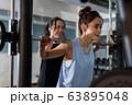 若い女性、筋トレ、スポーツジム 63895048