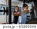 若い女性、筋トレ、スポーツジム 63895049