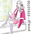 窓辺で化粧水をつけながらリラックスする女性 63910706