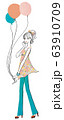 風船を持つ可愛い女性 63910709