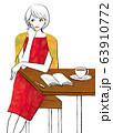 カフェで手帳を開きコーヒーを飲む女性 63910772