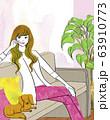 ダックス犬と家でくつろぐ女性 63910773
