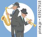 演奏するジャズミュージシャン。トランペット奏者とテナーサックス奏者。 63927918