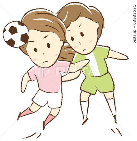 サッカーをする女の子 空中戦 63933531