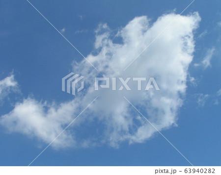 春の青い空と白い雲 63940282